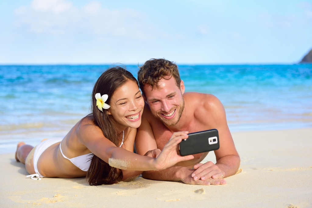 Beach 4-holiday-couple-taking-photograph with smartphone bright