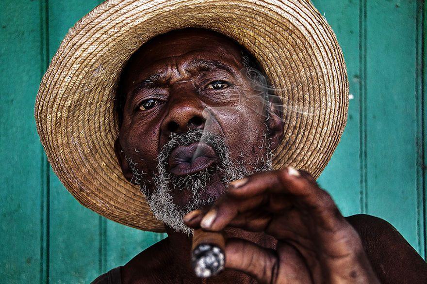 Cuban Smoking A Cohibas