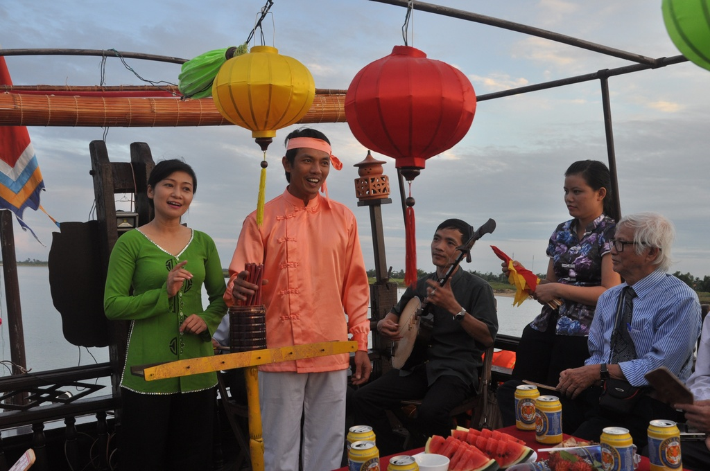 Folksong singing and Repartee chanties on a boat on Hoai River - Hoi An Photo: laodong.com.vn