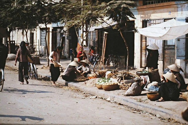 Street vendors on the street of Nguyen Khac Can