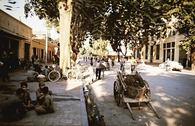I bet a lot of people could not recognize this street. This is Ngo Quyen street of about 40 years ago. You can see clearly the amount and density of vehicles on the street