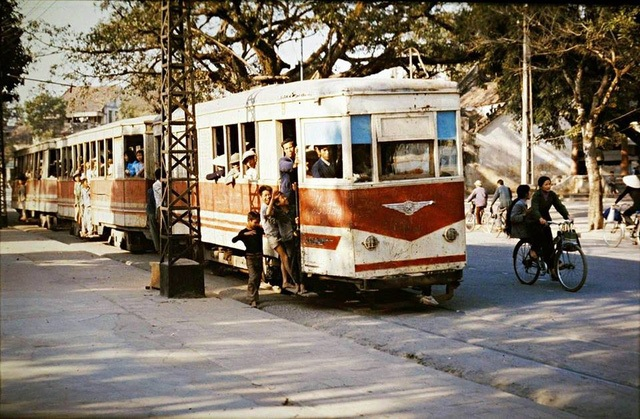 The photo of the train at the area of Hoan Kiem Lake