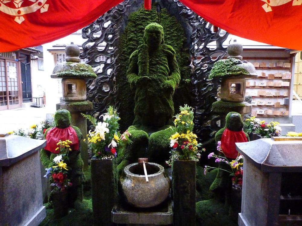 To wish for luck, local merchants and visitors will pour water over these moss-covered statues in the Hozenji Temple Photo: guide-japan
