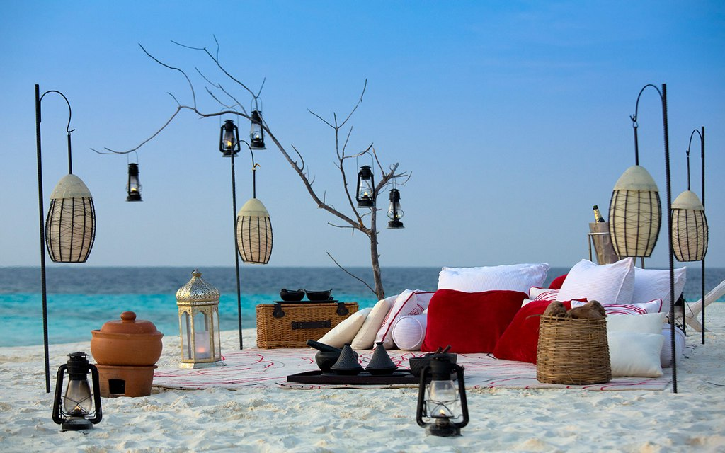 In Maldives, or tourists enjoy beach activities, or simply relax by the beach reading books Photo: villasdelmundo.com