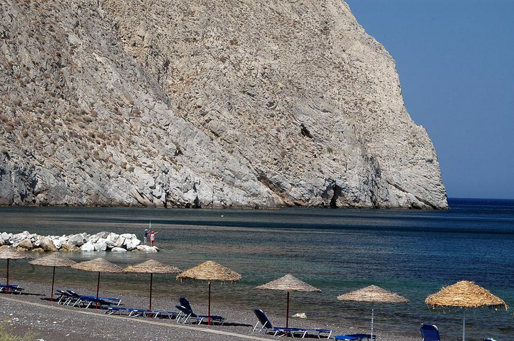 Perissa Beach_Greece Beaches_Source athensgreecenow.com
