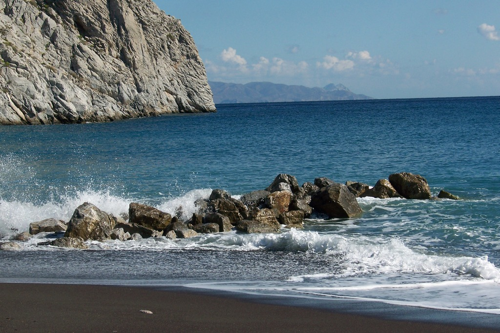 Perissa Beach_Greece Beaches_Source travelintheglobe.wordpress.com