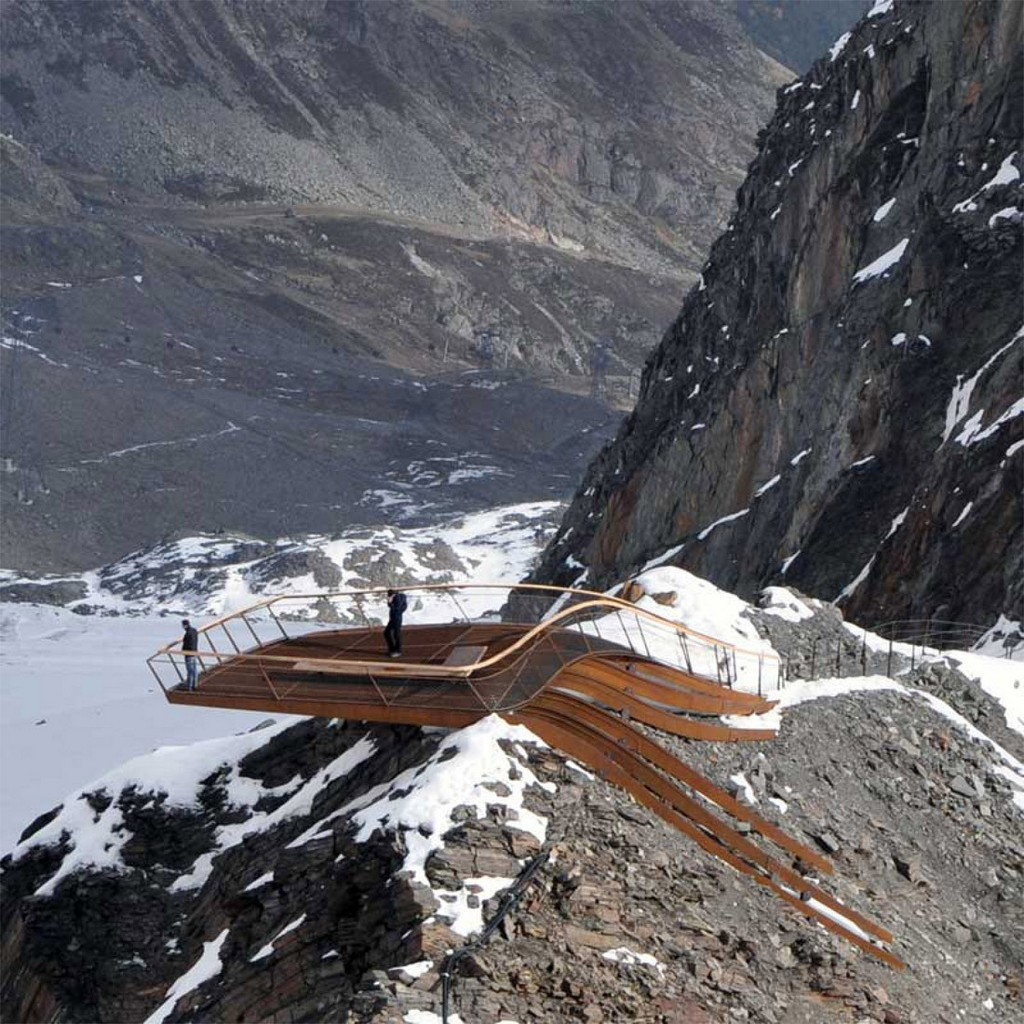 Summit platforms usually offer a spectacular view, but the Stubai Glacier took this one step further with a platform suspended in air, accentuating the image of the mountain.