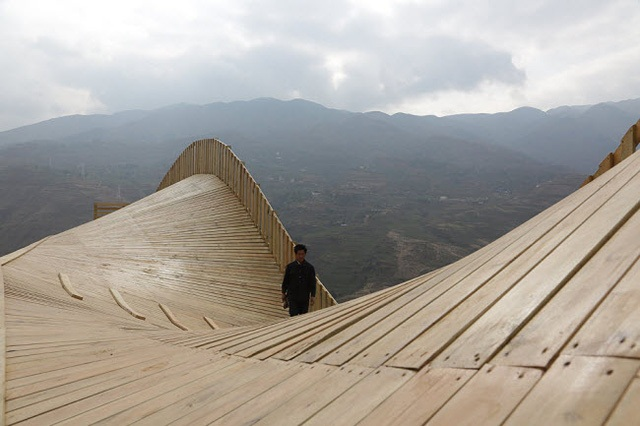 Special architecture about undulating pedestrian bridge at China
