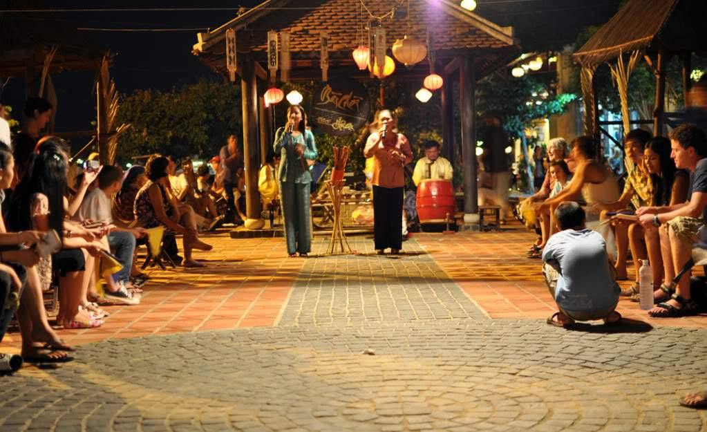 """Bai Choi"" singing and game in Hoi An Photo: photobucket"