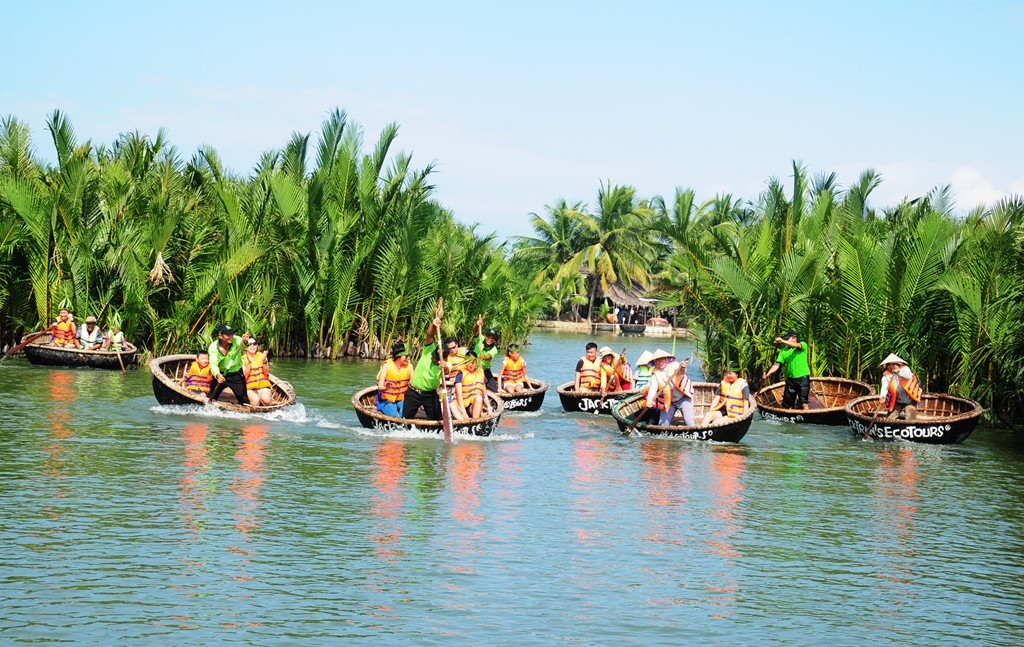 Tourists on basket boat discovering the mangrove forest Photo: dananghoian