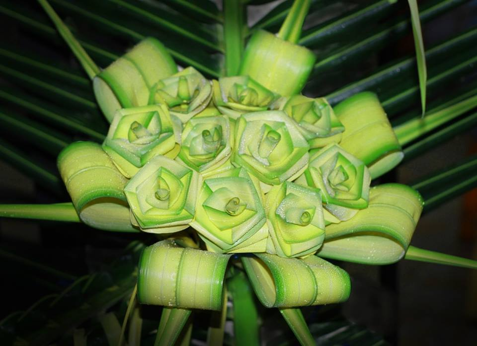 Flower bouquet made from coconut leaves Photo: thieunien.vn