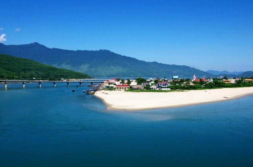 lang co beach hue vietnam