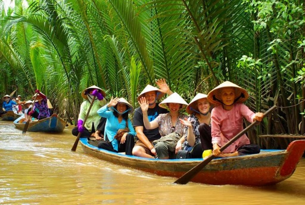 Tourists enjoy traveling on boats floating on the rivers. Photo: asiacharmtours.com