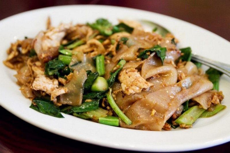 Pad See Ew (Stir-Fried Noodles with Soy Sauce)