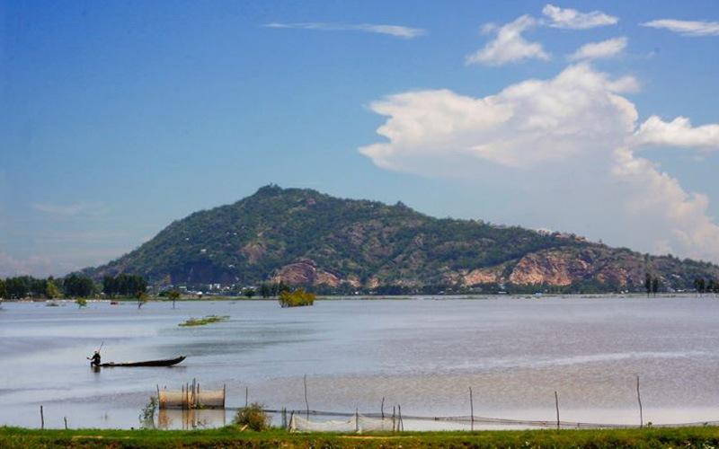 Sam mountain from afar. Photo: vanhoamientay.com