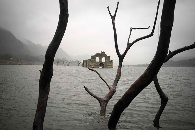 the colonial-church-emerges-water-resevoir-temple-santiago-quechula-in-mexico 6