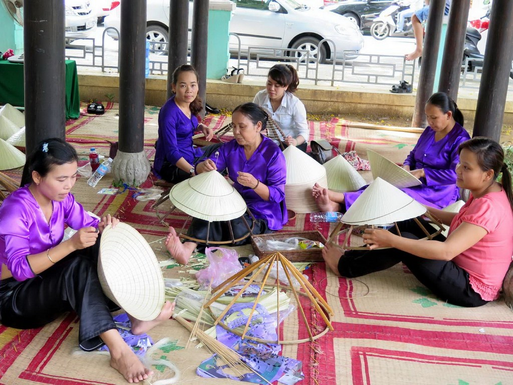 Tourists have a chance to experience the working atmosphere of artisans at Hoi An Art Craft Manufaturing Workshop Photo: dulich-hoian.net