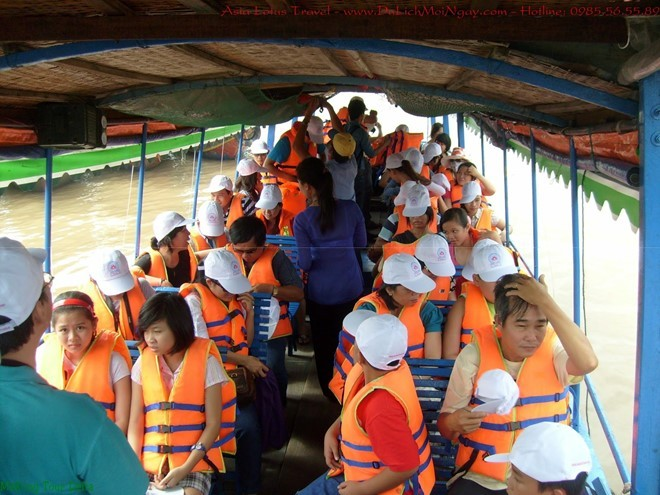 Tourists wearing life-jacket with the same number of people on both sides. Photo: news.zing.vn