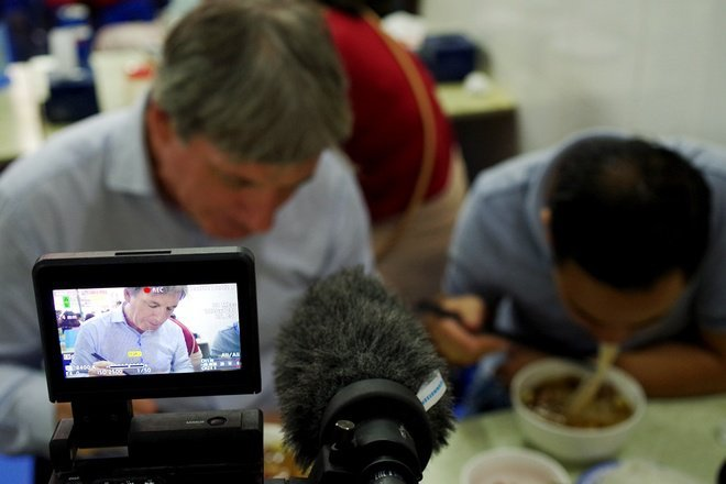 anthony bourdain and president obama eat out together in hanoi