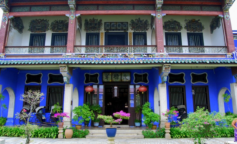 The stunning Blue Mansion stands out with its distinct indigo color. (Photo: Stephen Bugno/Flickr)