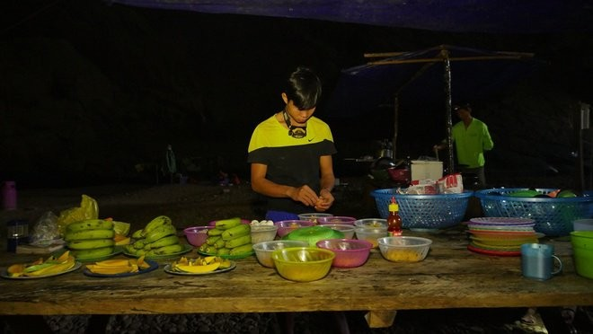 prepare meals in son doong cave