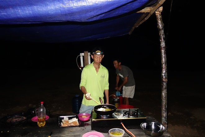 prepare meals in son doong expedition tour