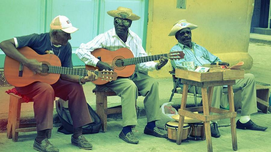 Musicians in old Havana. Photo courtesy Alam R.