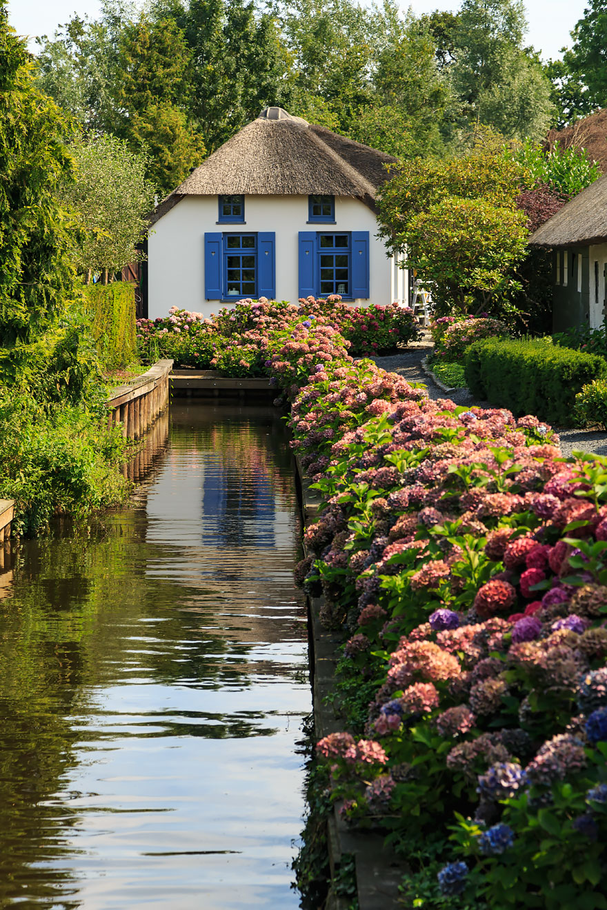 water-village-no-roads-canals-giethoorn-netherlands-photos pictures (1)