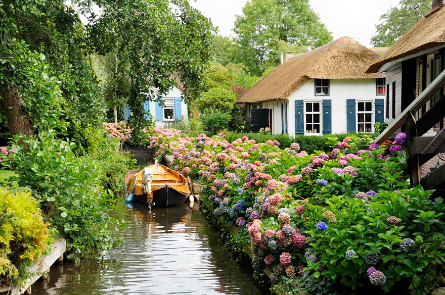 water-village-no-roads-canals-giethoorn-netherlands-photos pictures (7)