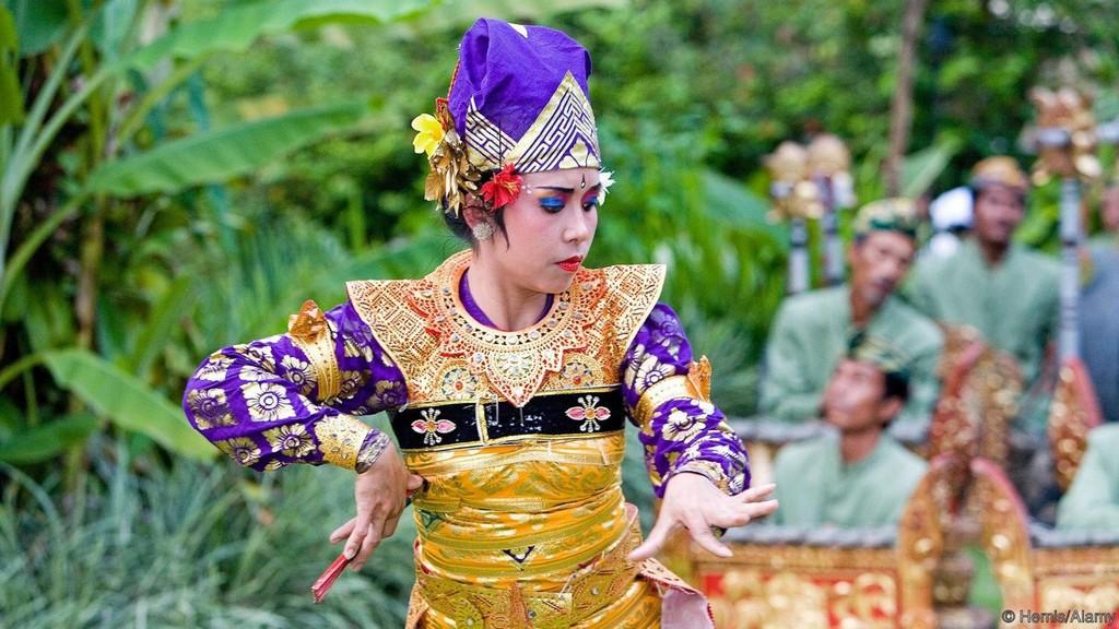 Folk dancing shows, Babi guling, Bali, Indonesia