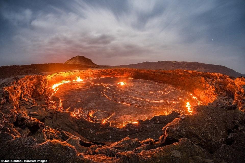 gateway of hell joel santos photographer captures rare photos of 100 year old lava lake ethiopia (1)