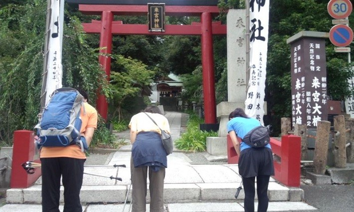 bow at torii gate, pray at shrines, Japanese shrines, Japan