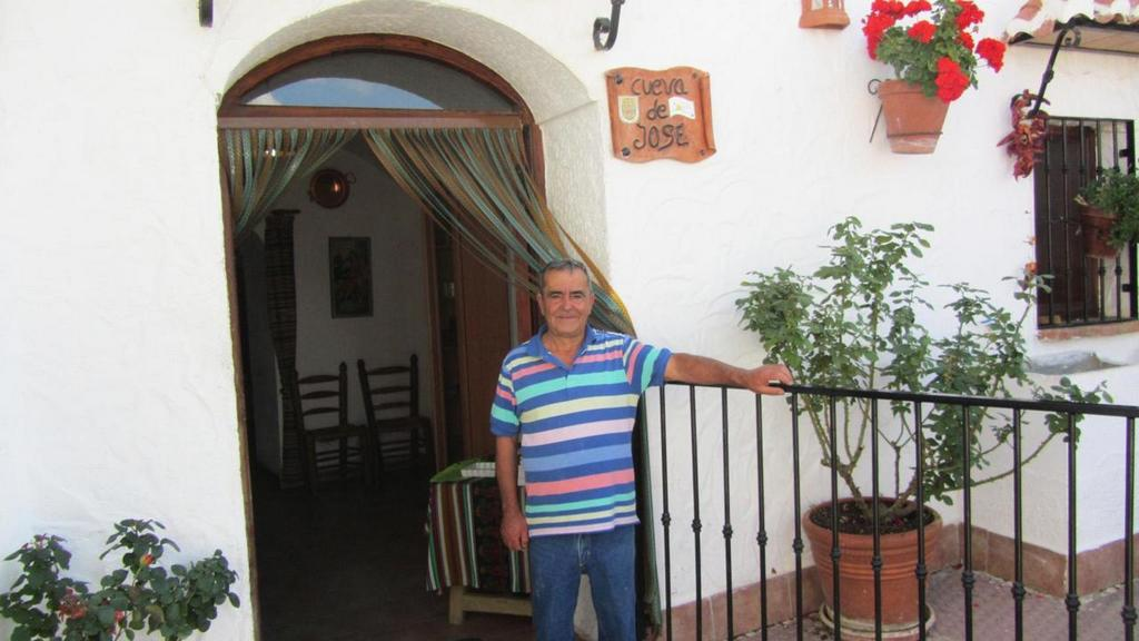 living in cave houses in andalucia southern spain (3)