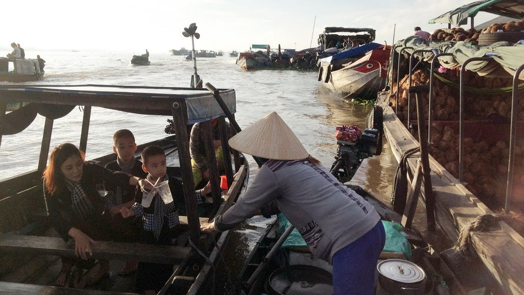 long xuyen floating market an giang vietnam attractions