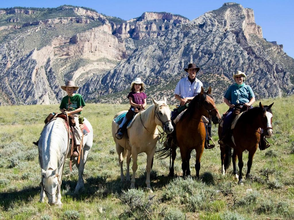 national-park-activities-horseback-riding-traveling-tip-to-yellowstone