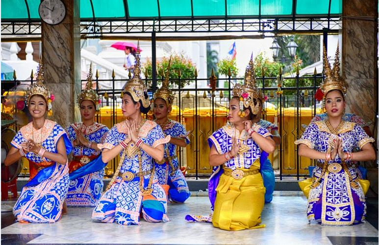 see-thai-dancers-at-erawan-shrine-free-experience-when-traveling-to-bangkok6