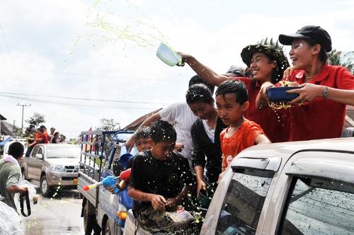 The water festival in Bunpimay-Laos-the water festivals in Southeast Asian4