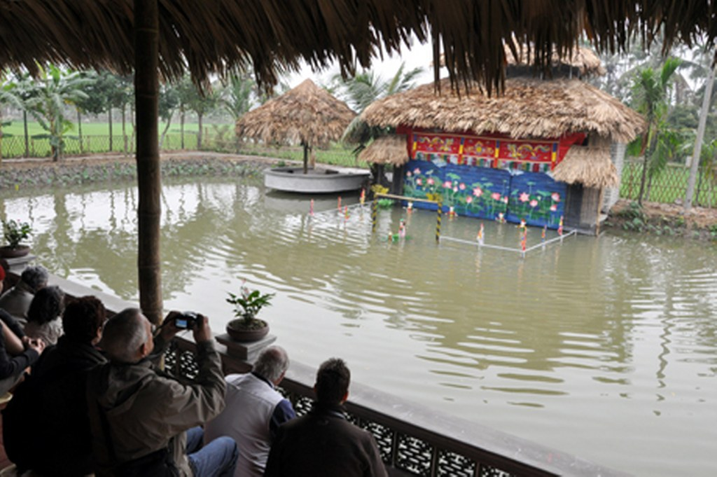Yen Duc tourist village water puppet show