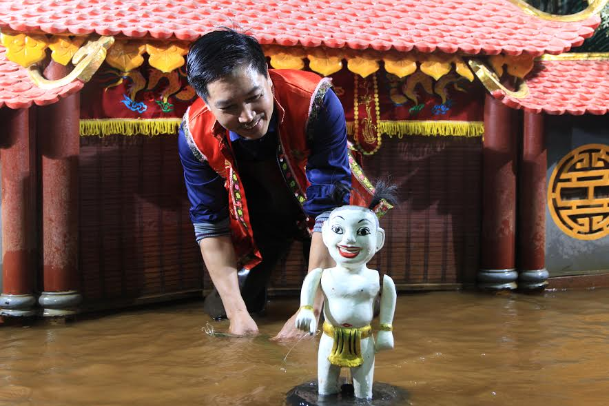 Teu appears facetiously to lead the story. The puppet body is the part that floats on the surface of water to represents the character, while the base is the submerged part of the water that keeps the puppet above and is also the place to control the puppet movement. How to control the puppet is key to the art of water puppetry. The controller is hidden in the water, taking advantage of the water power, creating the remote control, giving audiences many strange and unexpected moments.
