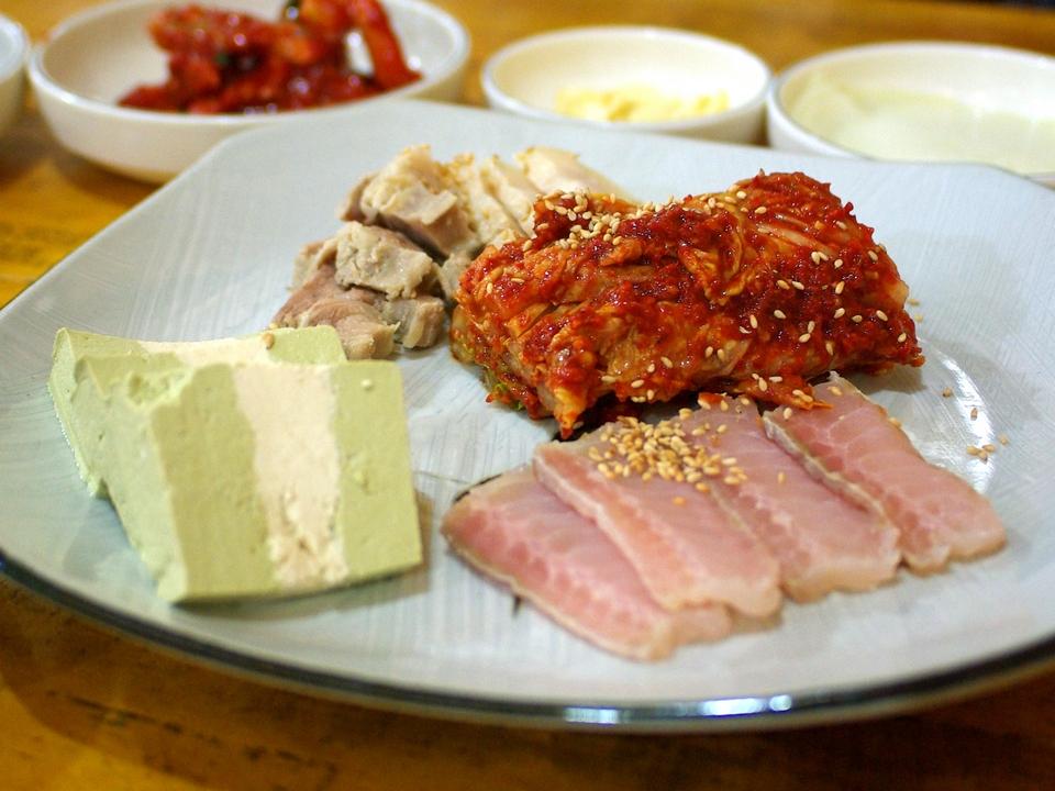 Hongeogeo (Fermented skate),strange food in korea,korean exotic food,weird korean food,korean strange food (1)