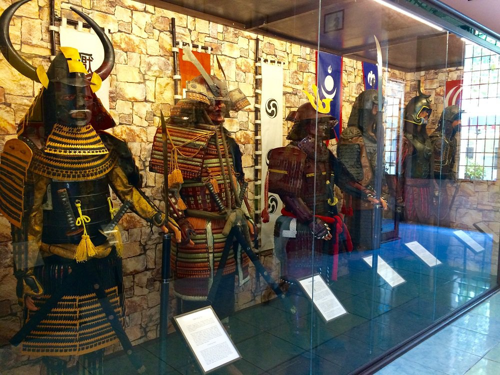 Weapons and military uniforms of Shogun – Japa (left corner)