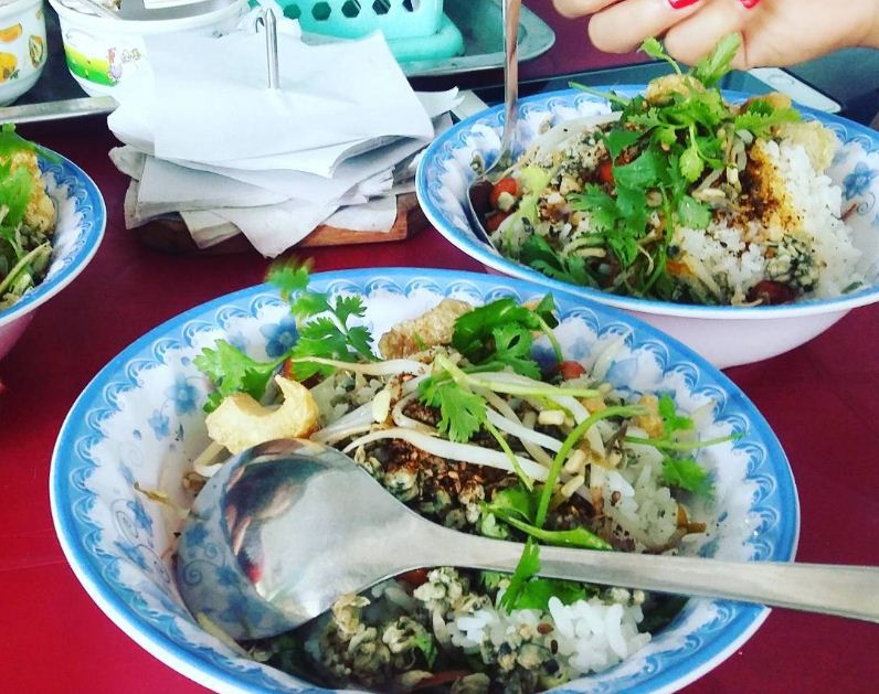 com hen mussel rice hue vietnam traditional food (1)