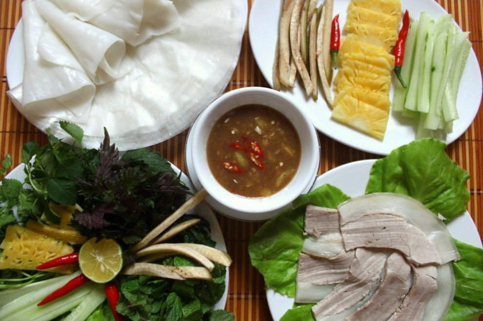 Pork roll with girdle cake vietnamese street foods (1)