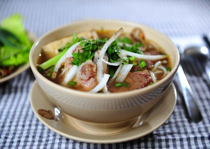bun bo hue hue spciy noodle vietnamese street foods (1)