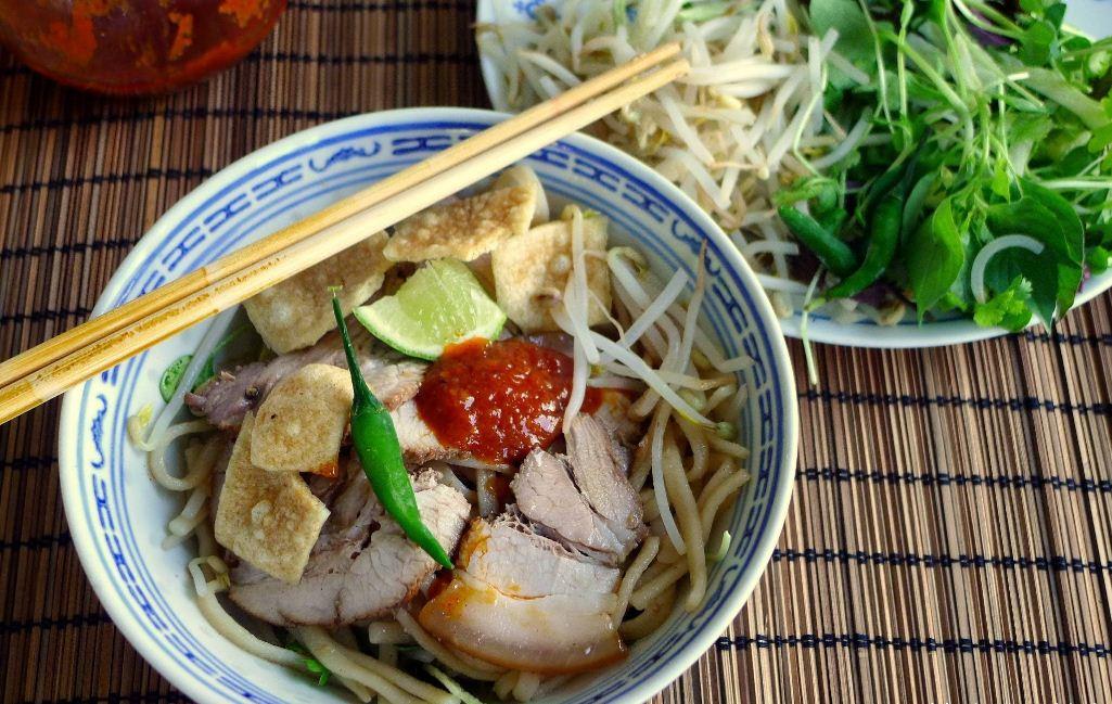 cao lau hoi an cao lau hoi an noodles vietnamese street foods (1)