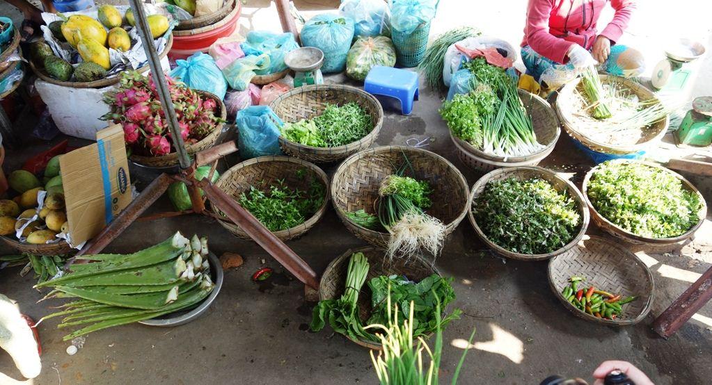 herbs in vietnamese market vietnamese cuisine (2)