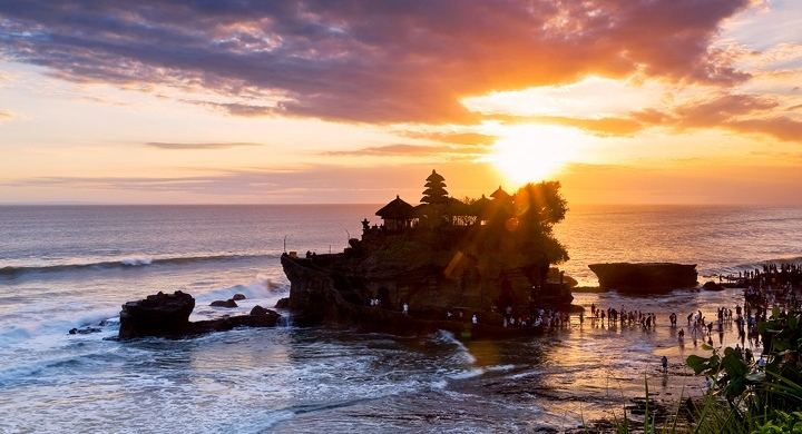 Tanah Lot temple bali1 Tanah Lot Temple. One of the best places to visit in Bali. Image by bali one day tour blog.