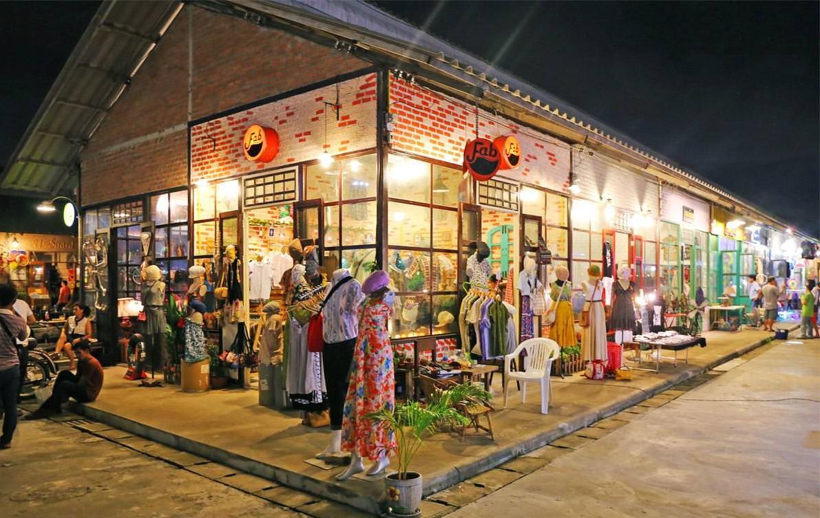 Warehouse Zone, Rod Fai Market2