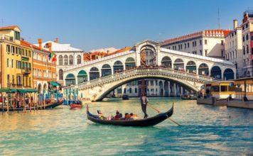 rialto bridge Gondola-near-the-Rialto-Bridge-Venice-Italy