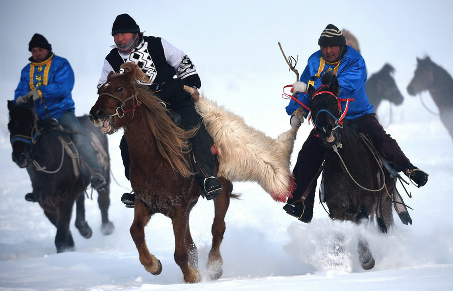 Herdsmen in Xinjiang take part in folk activities in winter